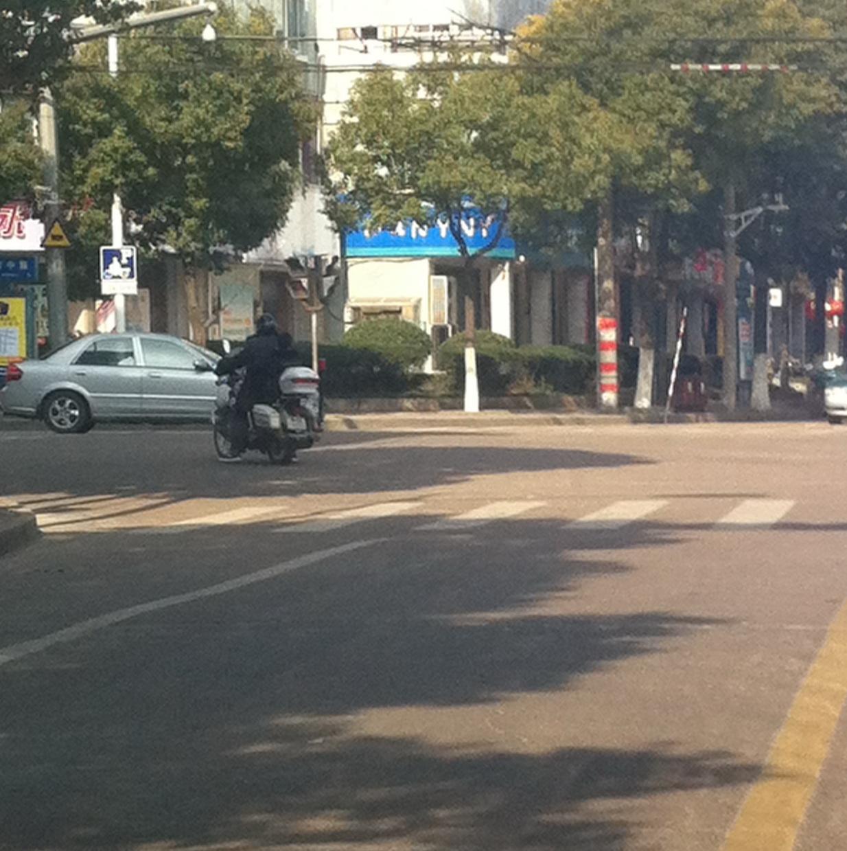 *用摩托车带小孩闯红灯--你不为自己想想也要为孩子想想