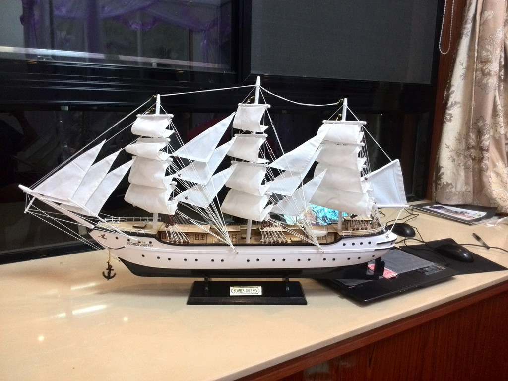 手工工匠制作船模型