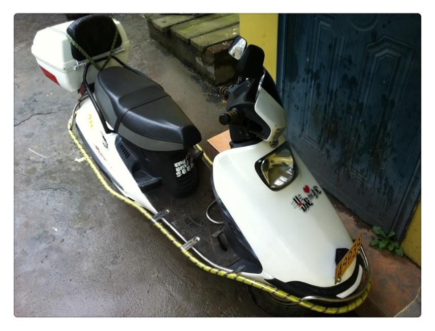 出一辆踏板摩托车