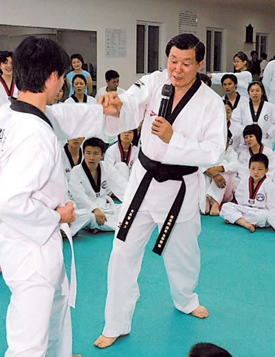 宏正跆拳道荣誉馆长韩国国技院黑带九段金基洞博士
