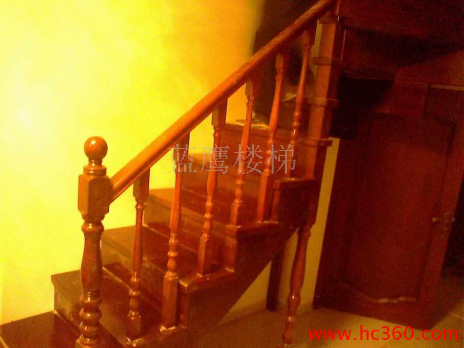 实木楼梯扶手,是用实木材质制作的楼梯扶手,实木楼梯扶手具有天然独特的纹理、柔和的色泽、自然温馨、高贵典雅,并且是纯天然绿色装饰材料;随着家居环保意识的提高,森林资源限砍限伐,木材日益减少,实木楼梯有着升值和收藏的价值,因以上特点和原因实木楼梯在市场上的占有率最高。 实木楼梯扶手的材料当前国内最常用的实木扶手材料有榉木、橡木、花梨、柚木、沙比利、樟子松、等。我们慈溪这边用菠萝格,花梨木,椐木,康帕斯,檬格。 实木楼梯扶手的外形主要有磨菇形、椭圆形、圆形、方形。 本人专业从事实木楼梯扶手的安装已经有十多年,如