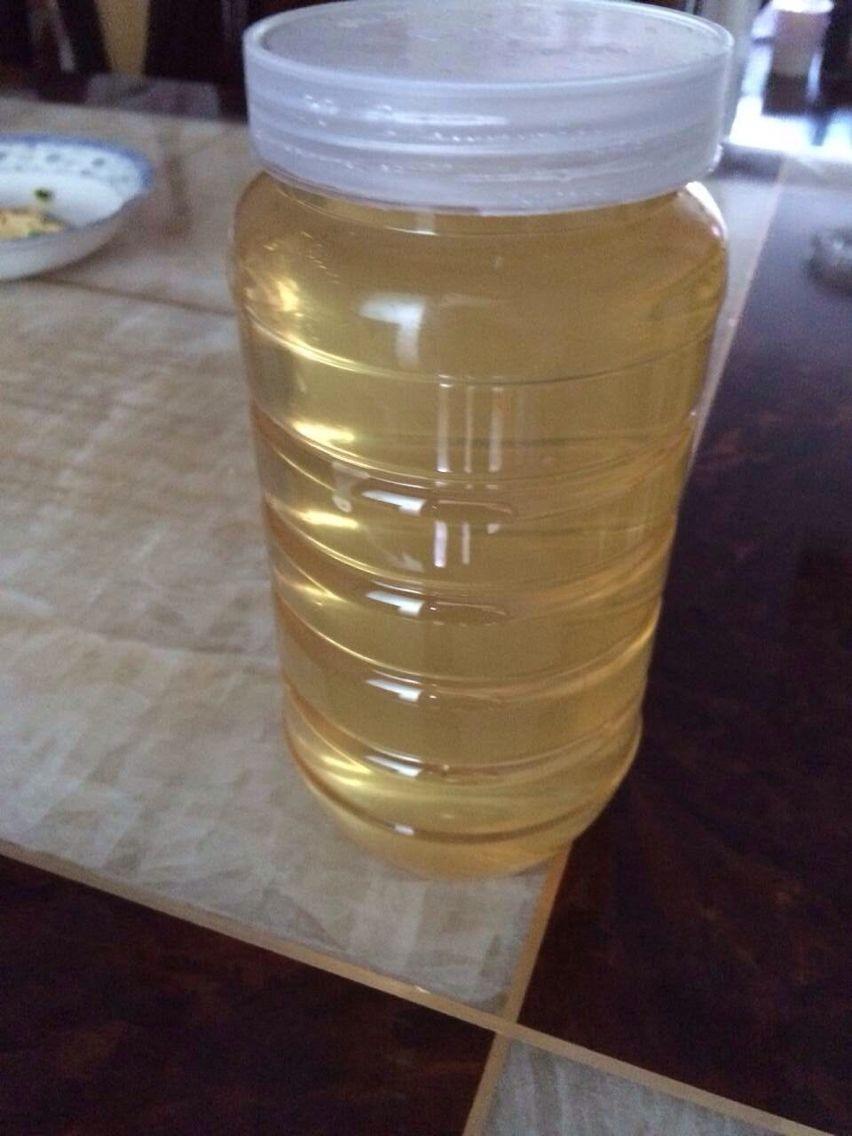 两斤装的蜂蜜,瓶子跟上面的花粉瓶是一样的