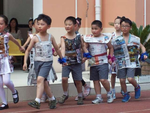 [打印本页]     家长孩子自己动手用废报纸做衣服,然后穿上自己做