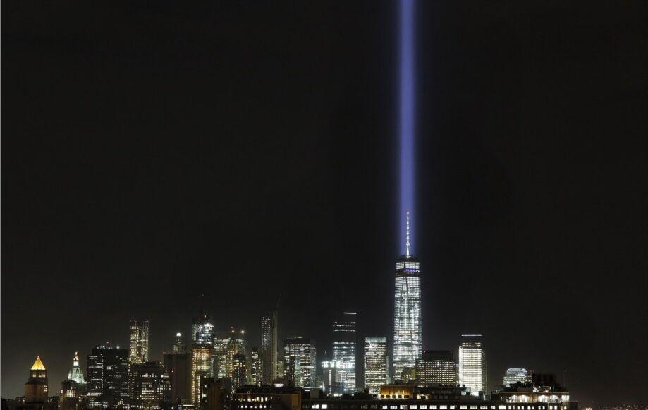 美国纽约点亮代表原世贸大楼双子塔的光柱