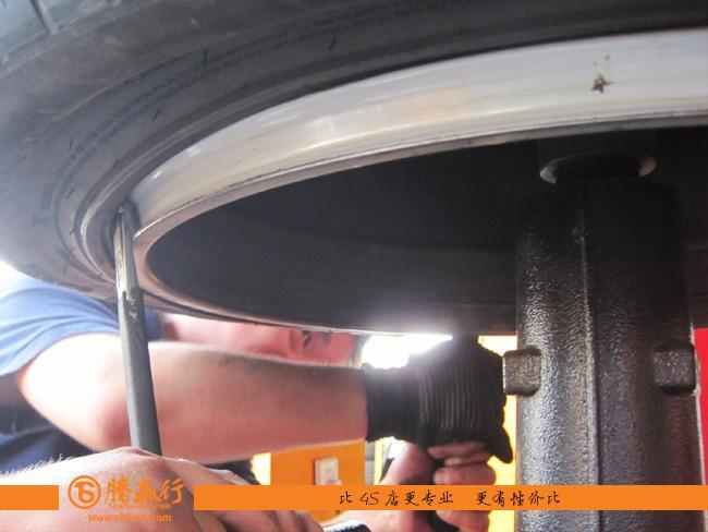 劳斯莱斯幻影的轮胎拆装的确是我们所见过的最复杂的轮胎拆装高清图片