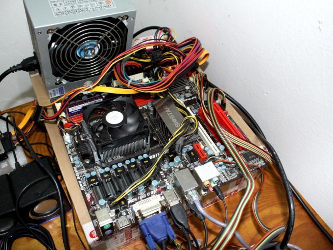出台电脑,一共1008元。QQ59778114 CPU-AMD250,内存-威刚DD3/4G单条,主板-映泰TA880G HD,电源-航嘉WIN7,硬盘-易拓80G,显示器-三星EX1920。还有个支架也送了,图片上的都是的,有过的去的笔记本也可以换,最好是戴尔的,可以互补的